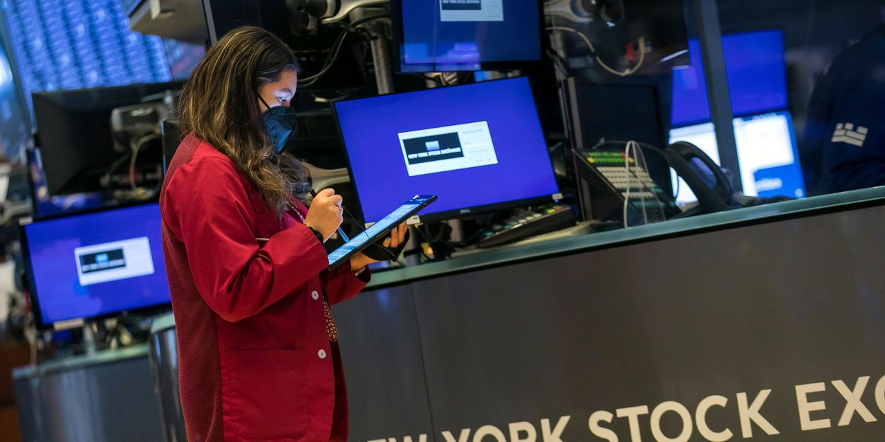 US stocks hover near record highs on economic optimism and strong earnings